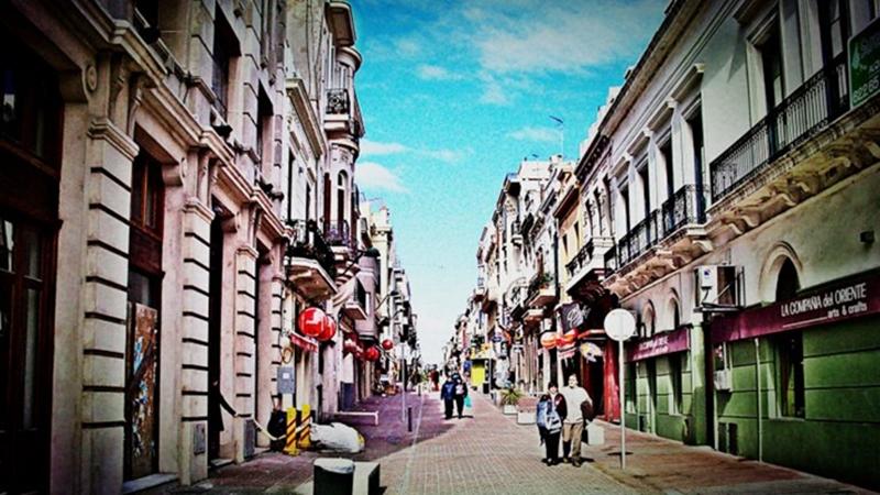 Veredas. La peatonal del Mercado del Puerto, la primera que se hizo en el Uruguay, es el espacio más democrático de la ciudad