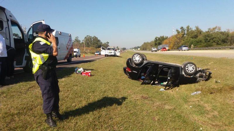 La Ruta 1 sigue siendo peligrosa. Espectacular accidente donde cinco ocupantes se salvaron de milagro