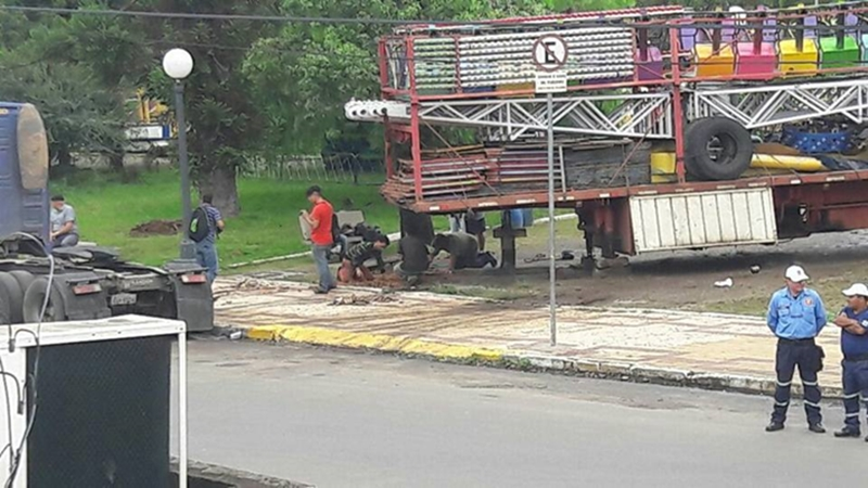 Uma denuncia ao MPF acerca do estacionamento de caminhões e parque de diversões instalado no parque internacional
