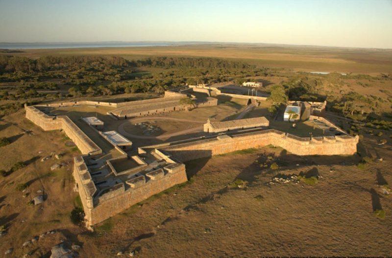 El creador del Parque Santa Teresa y restaurador de la fortaleza fue homenajeado en Montevideo