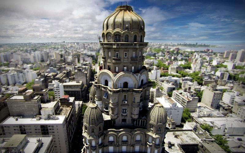 Ahora el Palacio Salvo de Montevideo, enciende luz y color a la capital