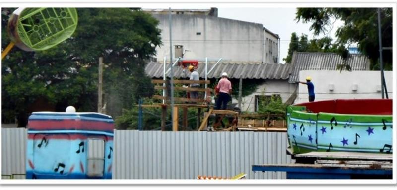 """""""Passando pela Praça Internacional qual foi minha surpresa: havia um Parque de diversões instalado lá!"""