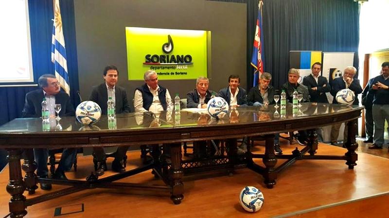Veremos a quién reditúa el Gol al Futuro instalado en Soriano, con la pancarta del maestro Tabárez