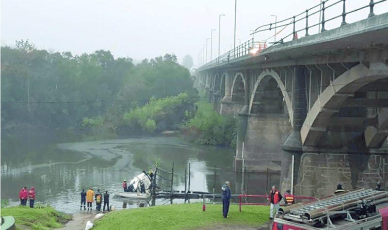 Conductor de camión cargado con madera embistió la baranda del puente Picada de Varela, y cayó sobre el río San José
