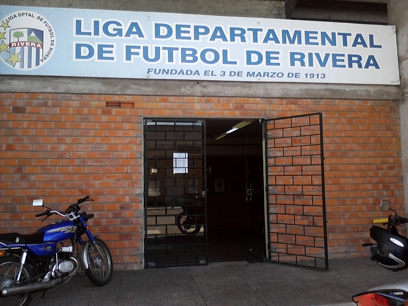 """SI NO LE QUEDA OTRA. Los clubes de la Liga de fútbol de Rivera, le dieron 15 días a su """"incondicional"""" presidente para que rinda cuentas"""
