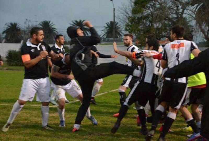 Por la Copa OFI, brutalidad extrema hubo en San José, entre jugadores de Central y Wanderers de Artigas, con pruebas de imágenes de un grado de violencia muy fuerte
