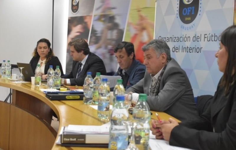 """En Montevideo muy poca prensa refleja el ultimátum a la AUF: """"FIFA advirtió y empezó la cuenta regresiva para la AUF"""""""