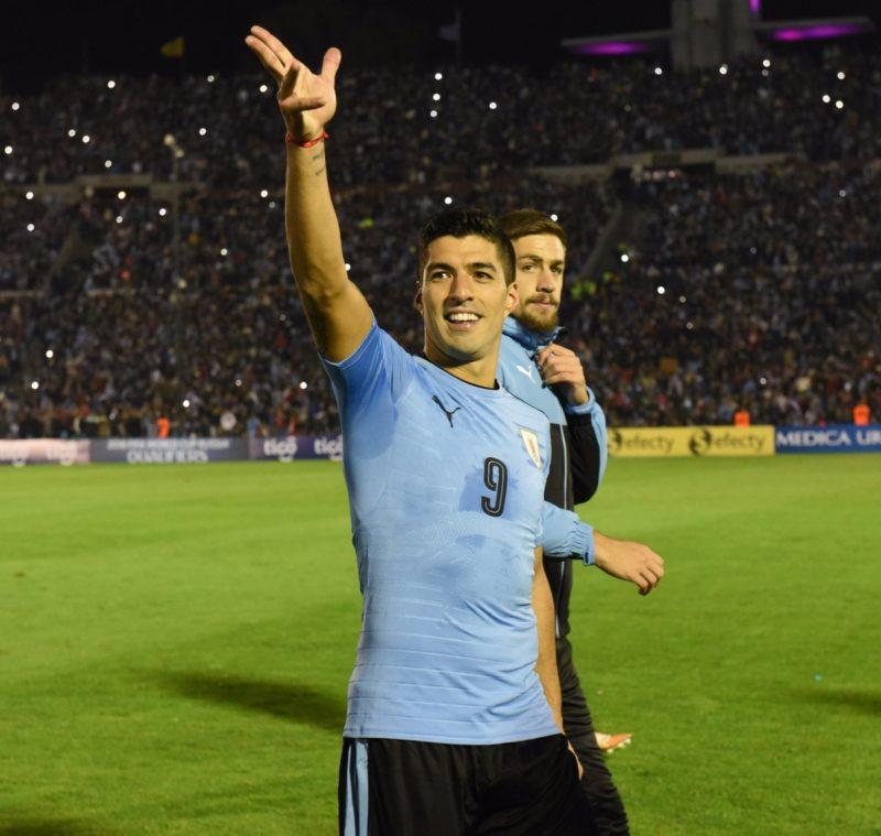"""Luis Suárez volvió a dar la cara por los futbolistas profesionales que residen en Uruguay, expresando:""""los altos mandos únicamente piensan en sus intereses y no en el de los futbolistas"""""""