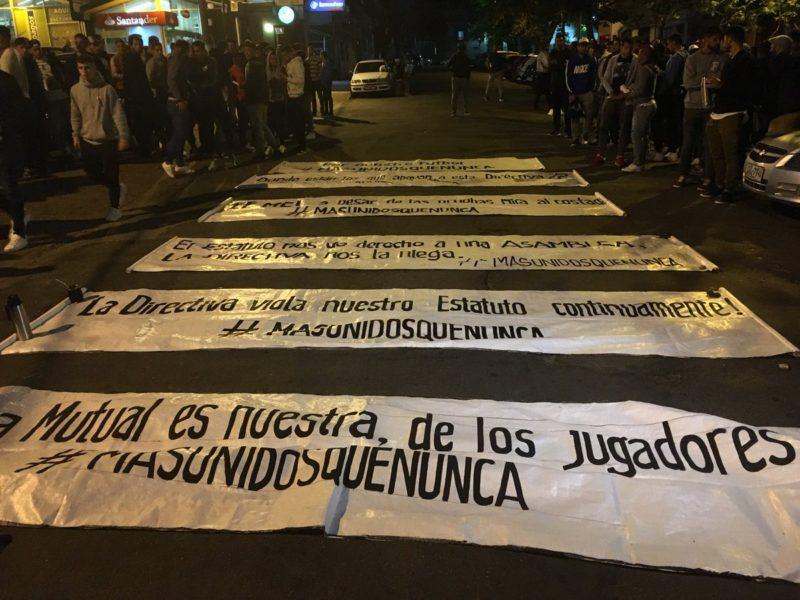"""Se paró el fútbol en Uruguay: los futbolistas """"MásUnidosQueNunca votaron que no habrá actividad """"hasta que se cumpla lo que la asamblea de la Mutual resuelva""""."""