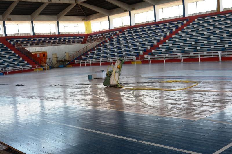 """(Vídeo) El estadio cerrado """"8 de Junio"""" tiene un estado precario en su techo para recibir las finales del básquetbol de los Juegos Deportivos Nacionales"""