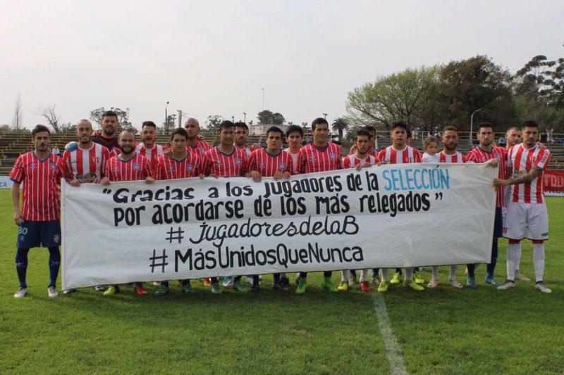 """600 futbolistas profesionales uruguayos volvieron a manifestarse por sus derechos: """"Marchamos por las condiciones de trabajo y los atrasos salariales, y porque la directiva no nos representa"""""""