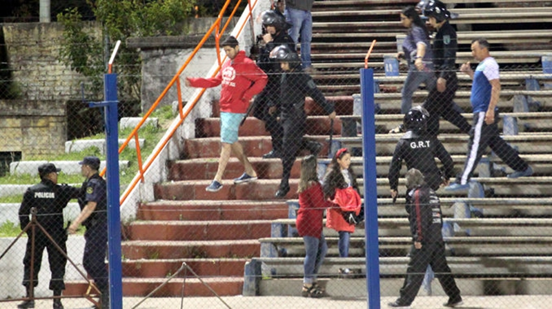 Más violencia en el fútbol chacarero. Ahora en Payandú, detuvieron a tres personas en el propio Estadio Artigas