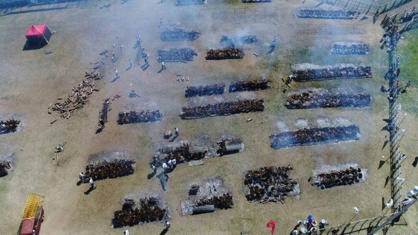 En Lavalleja cocinaron al mundo el asado más grande del planeta: 10 mil 124 kilos de carne, acompañada con 7 mil 500 kilos de ensalada rusa