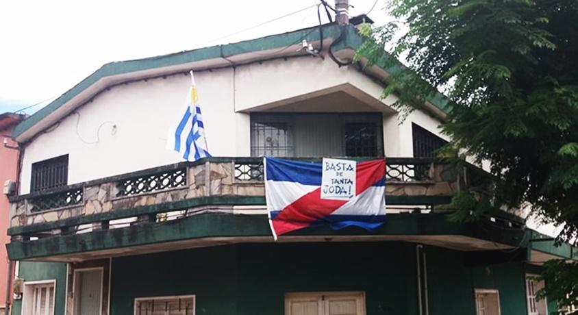 """(Audio) Las cosas por su nombre: """"Basta de tanta joda"""", rótulo de un cartel colocado en el balcón de una casa de la ciudad de Rivera"""