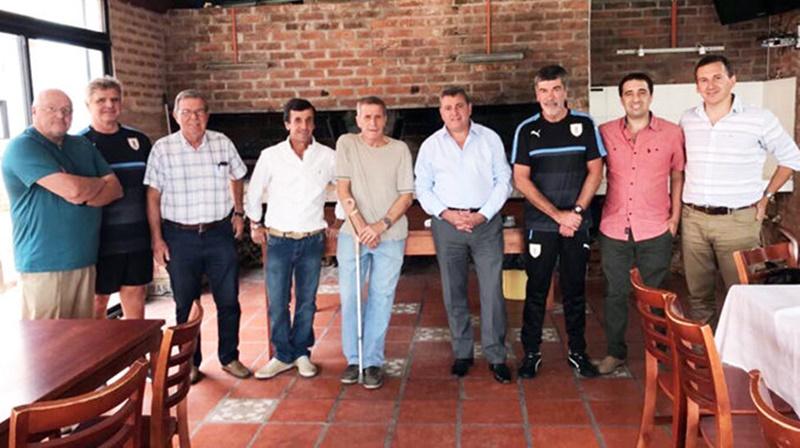El presidente de la OFI desaprovechó el «Gol al Futuro», los clubes le piden dinero para jugar la Copa, pero él prefiere a Luis Matosas que lo sigue arrimando al Maestro Tabárez