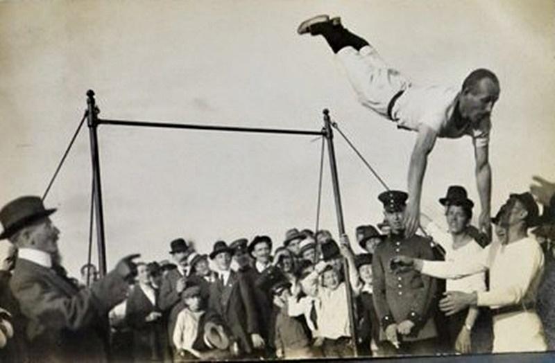 Las primeras manifestaciones deportivas en el Uruguay, se dieron en la Plaza Mayor y de las Carretas, y en los baldíos del Cordón