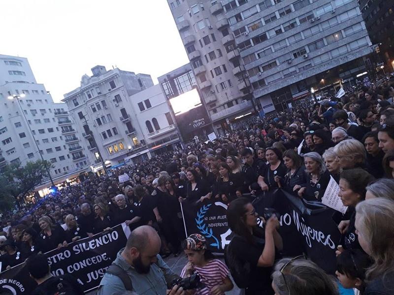 Hubo una masiva convocatoria por parte mujeres de negro y la intersocial feministas por el centro montevideano