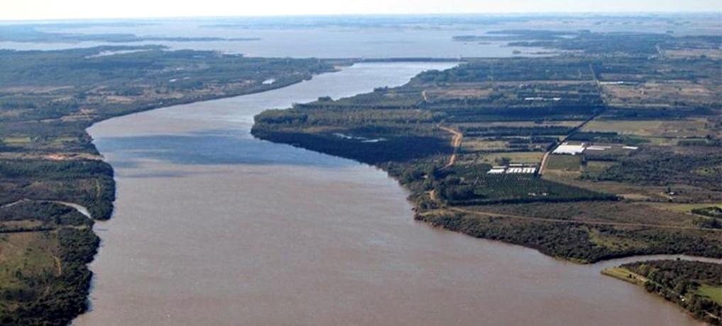 El País en El País de Ramón Mérica: entre el río Uruguay y la memoria